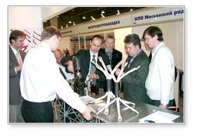 Сотрудники Энерпром-Микуни демонстрируют оборудование. Презентация электромонтажного инструмента IZUMI: прессовщики, резаки для кабеля и насосные станции