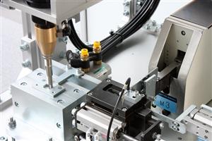 Работа бесщеточного винтоверта на автоматическом сборочном роботе (вид справа)